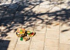 Traditionell Balinese som erbjuder i gatan fotografering för bildbyråer