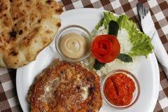 Traditionell Balkan pljeskavica med ost grillat kött med lepinjabröd Royaltyfria Bilder