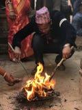Traditionell beröm för Nepali med brand Royaltyfria Bilder