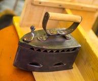 Traditionell beståndsdel för hushåll för järnkolheavy metal på ett trä Arkivfoto