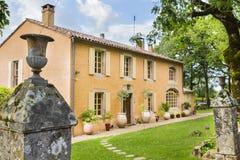 Traditionell, bezaubernd, altes Steinhaus im Süden von Frankreich stockbilder