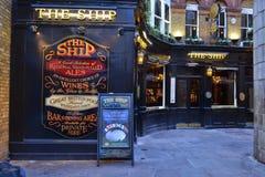 Traditionell brittisk bar arkivfoton
