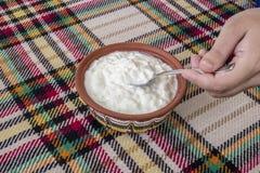 Traditionell bulgarian yoghurt i en traditionell bunke royaltyfri fotografi