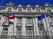 Traditionell byggnad med flaggor i Valparaiso, Chile Arkivbild