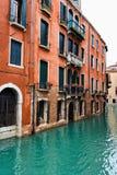 Traditionell byggnad på kanalen i Venedig, Italien Royaltyfri Foto