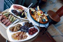 Traditionell Catalonia paella, skaldjur och sangria Arkivfoto