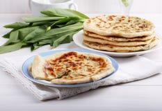 """Traditionell caucasian tunnbröd för Khychiny †som """"fylls med heese Ñ- och örter royaltyfri foto"""