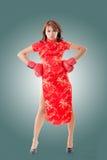 Traditionell cheongsam för kinesisk kvinnaklänning royaltyfri fotografi