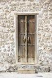 Traditionell dörr av ett historiskt fort i Bahrain Arkivbild