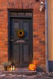 Traditionell dörr med halloween garneringar Arkivfoto