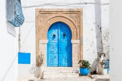 Traditionell dörr med modellen och tegelplattor, Sidi Bou Side, Afrika royaltyfria bilder