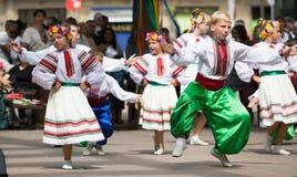Traditionell dans på dagen av ukrainsk kultur i Barcelona Arkivbild