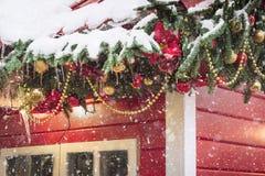 Traditionell dekorativ röd kiosk för seminarium och handgjorda julgåvor för försäljningar Xmas-dekor julen dekorerade treen arkivfoton