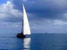 Traditionell dhowsegling på ett lugna hav Royaltyfria Bilder