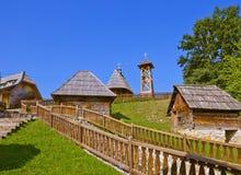 Traditionell by Drvengrad Mecavnik - Serbien Arkivfoton