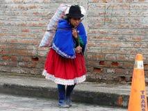 Traditionell ecuadoriansk kvinna som är upptagen med hårt arbete arkivbild