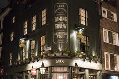 Traditionell engelsk bar i det London SOHO-området - London UK arkivbilder