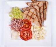 Traditionell engelsk frukost med förvanskade ägg Royaltyfri Foto
