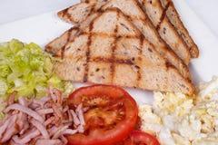 Traditionell engelsk frukost med förvanskade ägg Royaltyfri Bild