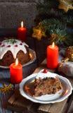 Traditionell engelsk jul ångad pudding med vinterbär, torkade frukter, muttern i festlig inställning med Xmas-trädet och bränning royaltyfria bilder