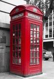 Traditionell engelsk röd telefonask i gatan Royaltyfria Bilder