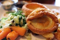 Traditionell engelsk söndag stek med yorkshire pudding royaltyfri fotografi