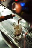 Traditionell espressokaffe och maskin Arkivbilder