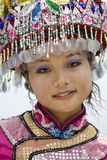 traditionell etnisk flicka för kinesisk klänning arkivfoton