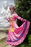 traditionell etnisk flicka för kinesisk klänning Royaltyfria Foton