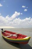 Traditionell färgrik brasiliansk fiskebåt Jericoacoara Brasilien Royaltyfri Bild