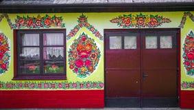 Traditionell färgrik byggnad i den Zalipie byn i Polen royaltyfria foton
