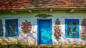 Traditionell färgrik byggnad i den Zalipie byn i Polen arkivbilder