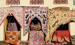Traditionell färgrik indisk tygtextil, Rajasthan, Indien Royaltyfria Foton