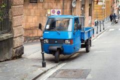 Traditionell för hjulbil för italienare som tre Piaggio apa blir parkerad på gatan Arkivfoto