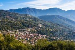 Traditionell by för pittoreskt berg i Grekland Arkivbilder