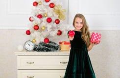 Traditionell familjferie Ungeflicka nära asken för gåva för håll för julträd Barnet firar jul hemma Favorit- dag royaltyfri foto