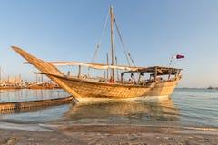 Traditionell fartygdhow i arabisk golf royaltyfri foto