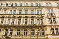 Traditionell fasad av byggnader, yttersida av byggnader i Prague Närbild av härligt stå för historiska byggnader Royaltyfria Bilder