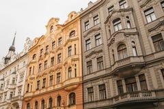 Traditionell fasad av byggnader, yttersida av byggnader i Prague Närbild av härligt stå för historiska byggnader Royaltyfri Bild
