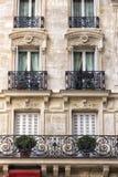Traditionell fasad i Paris arkivfoton