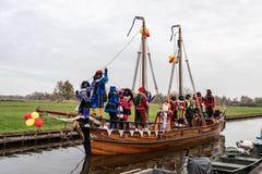 Traditionell festivalberöm av Sinterklaas, svarta Peter Folk med makeup och färgrika dräkter royaltyfria foton