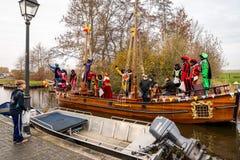 Traditionell festivalberöm av Sinterklaas, svarta Peter Folk med makeup och färgrika dräkter arkivfoton