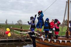 Traditionell festivalberöm av Sinterklaas, svarta Peter Folk med makeup och färgrika dräkter royaltyfria bilder