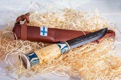 Traditionell finlandssvensk bältekniv Puukko med buktiga bitande Edg arkivbilder