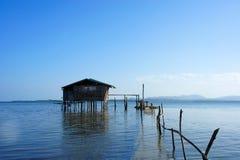 Traditionell fiskares hus på styltor i havet Royaltyfria Foton