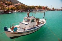 Traditionell fiskebåt på den Lefkada ön Arkivbild