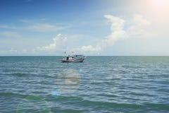Traditionell fiskebåt som bara lägger på den tillfogade havet, den selektiva fokusen, filtrerade bild-, ljus- och signalljuseffek Royaltyfria Bilder