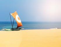 Traditionell fiskebåt på sandstranden, Sri Lanka Arkivbilder