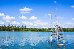 Traditionell fiskemetod genom att använda ett netto för bambufyrkantdopp Royaltyfria Bilder