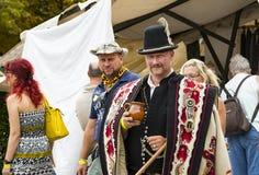Traditionell folk mässa i heder av helgonet Istvn och det första brödet i Ungern med folk förlage Royaltyfria Foton